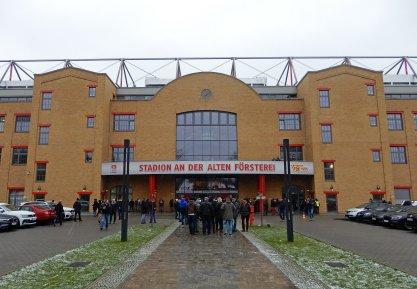 Das Stadion direkt am Waldrand in der Aussenansicht