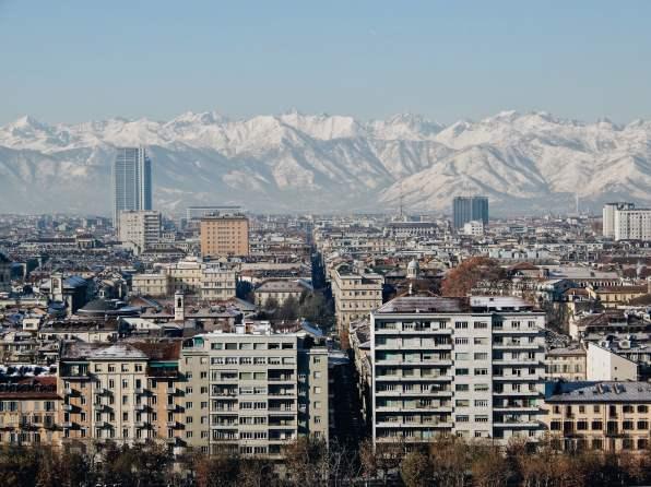 Blick über die Stadt und die sich dahinter aufbauenden Alpen