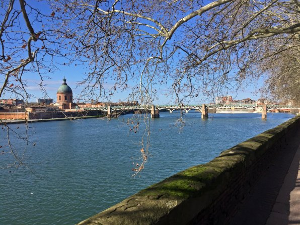 Spaziergang entlang dem sonnigen Ufer der Garonne