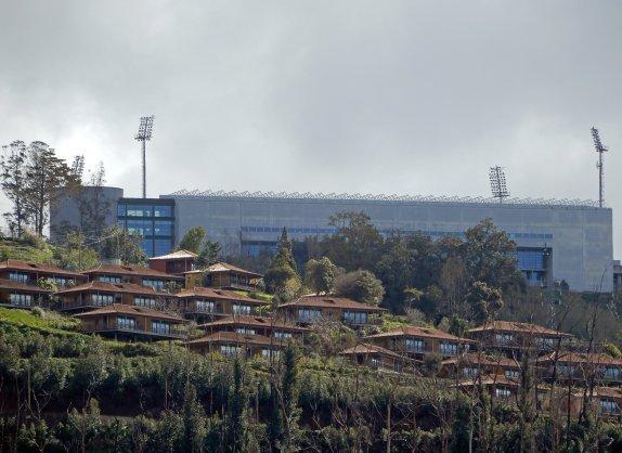 Die erhöhte Spielstätte von unten fotografiert