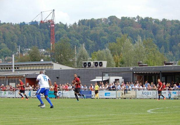 Im Hintergrund das moderne Vereinsheim vom FCWB