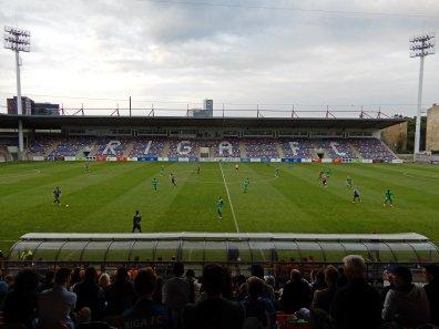 Das neu renovierte Skonto-Stadion mit Schriftzug