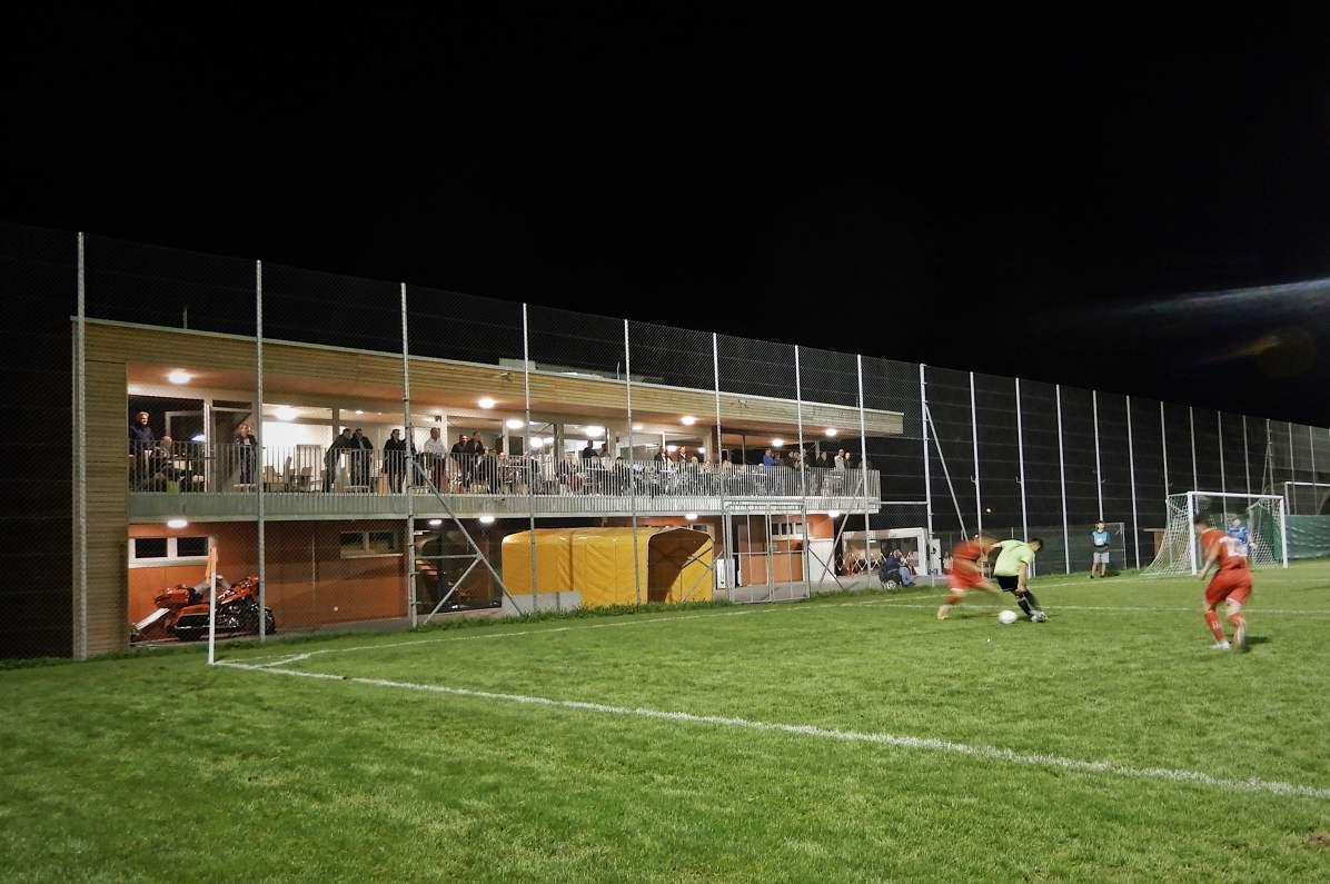 Duell um den Ball vor dem neuen FCT-Clubheim