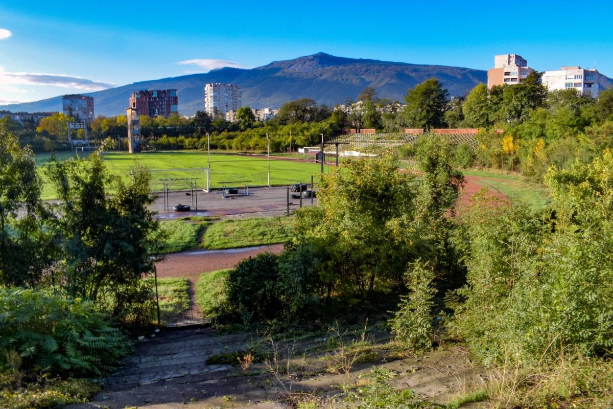 Blick auf das Spielfeld in einem alten Stadion in Sofia
