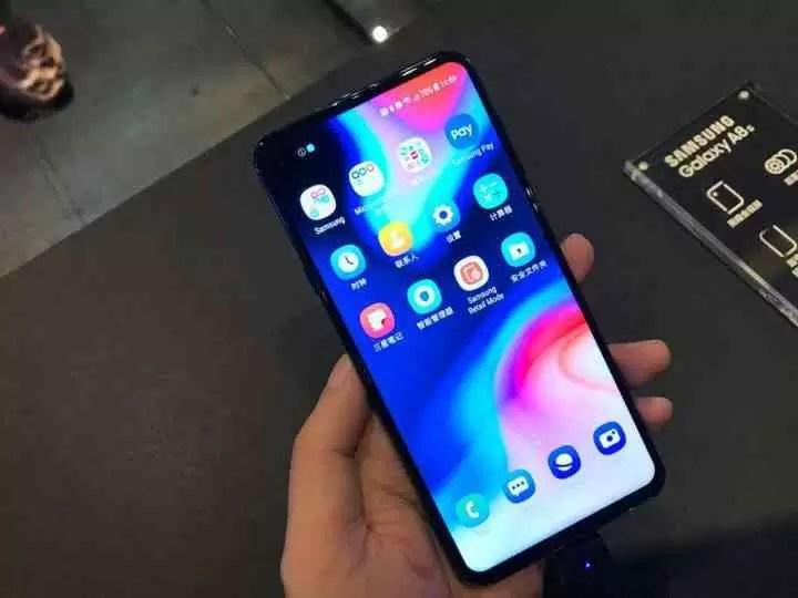 Samsung lança o Galaxy A8s com ecrã Infinity-O 3