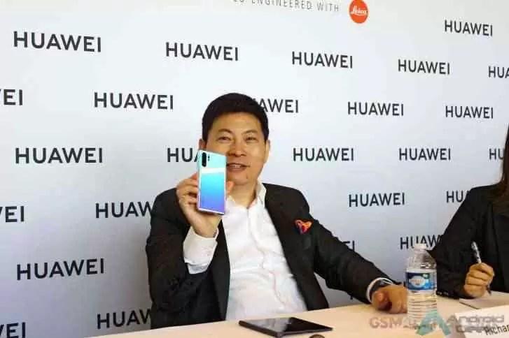 Huawei Mate X manchado nas mãos do CEO da Huawei