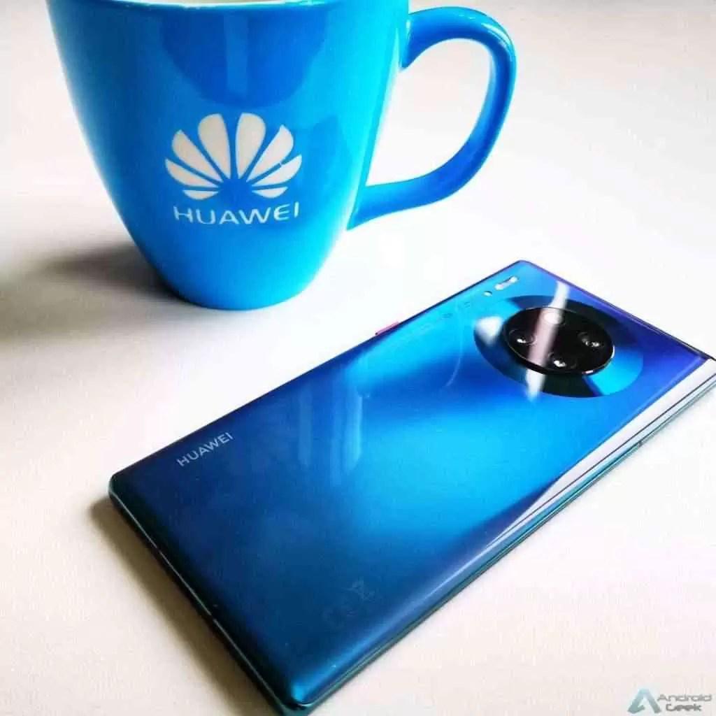 Fundador da Huawei diz que a empresa enviará 270 milhões de aparelhos este ano. Alguém está cheio de moral. 1