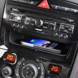 Kabelloses Laden von Smartphones im Auto