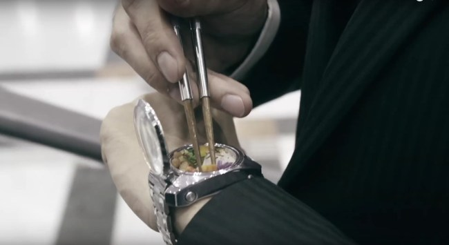 """Uhr mit nahrhaftem Inhalt: Die """"Bento Watch"""" kümmert sich um den kleinen Hunger zwischendurch. (Foto: Takii)"""