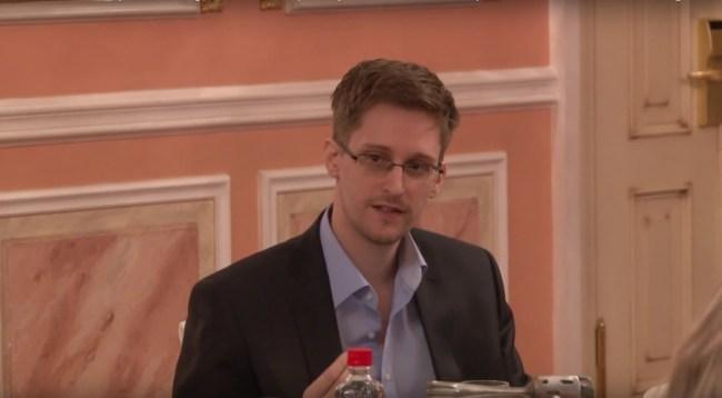 """Der neue Google-Messenger """"Allo"""" ist laut dem früheren Geheimdienstmitarbeiter Edward Snowden (hier auf einer Preisverleihung in Moskau) """"gefährlich"""" und """"unsicher"""". (Foto: TheWikiLeaksChannel)"""