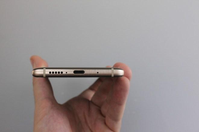 Solo-Stecker Anders als noch der Vorgänger muss das Huawei Mate 10 Pro ohne Kopfhörer-Ausgang auskommen. Ein Typ C-Headset liegt aber bei.