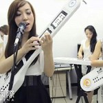 Transformer Girl Band spielt mit Android-Handys auf