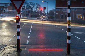 Un semáforo con luces LED en el suelo, la última propuesta para protegernos al cruzar la calle mirando nuestro smartphone