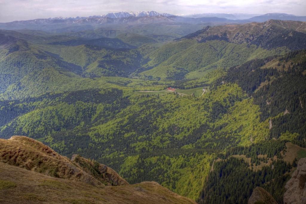 Cabana Muntele Rosu&Bucegii in departare2