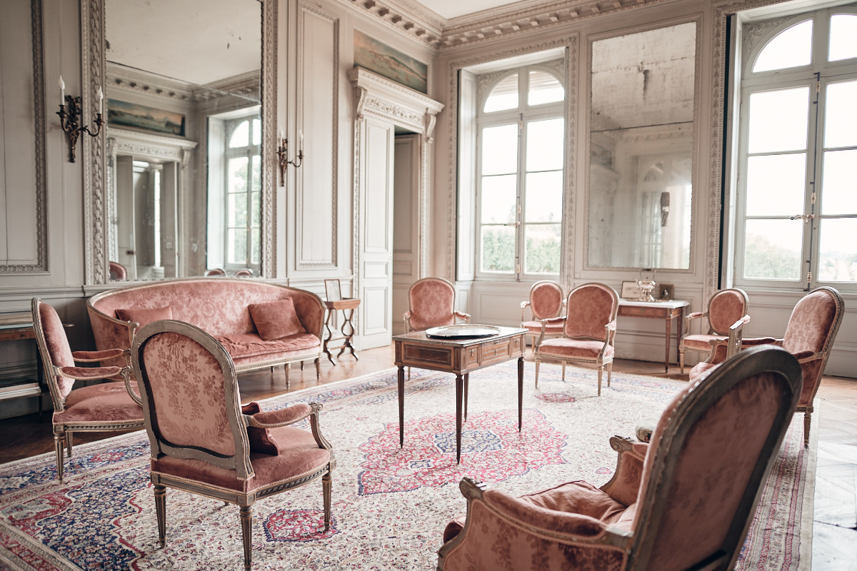 un salon rouge au chateau de craon