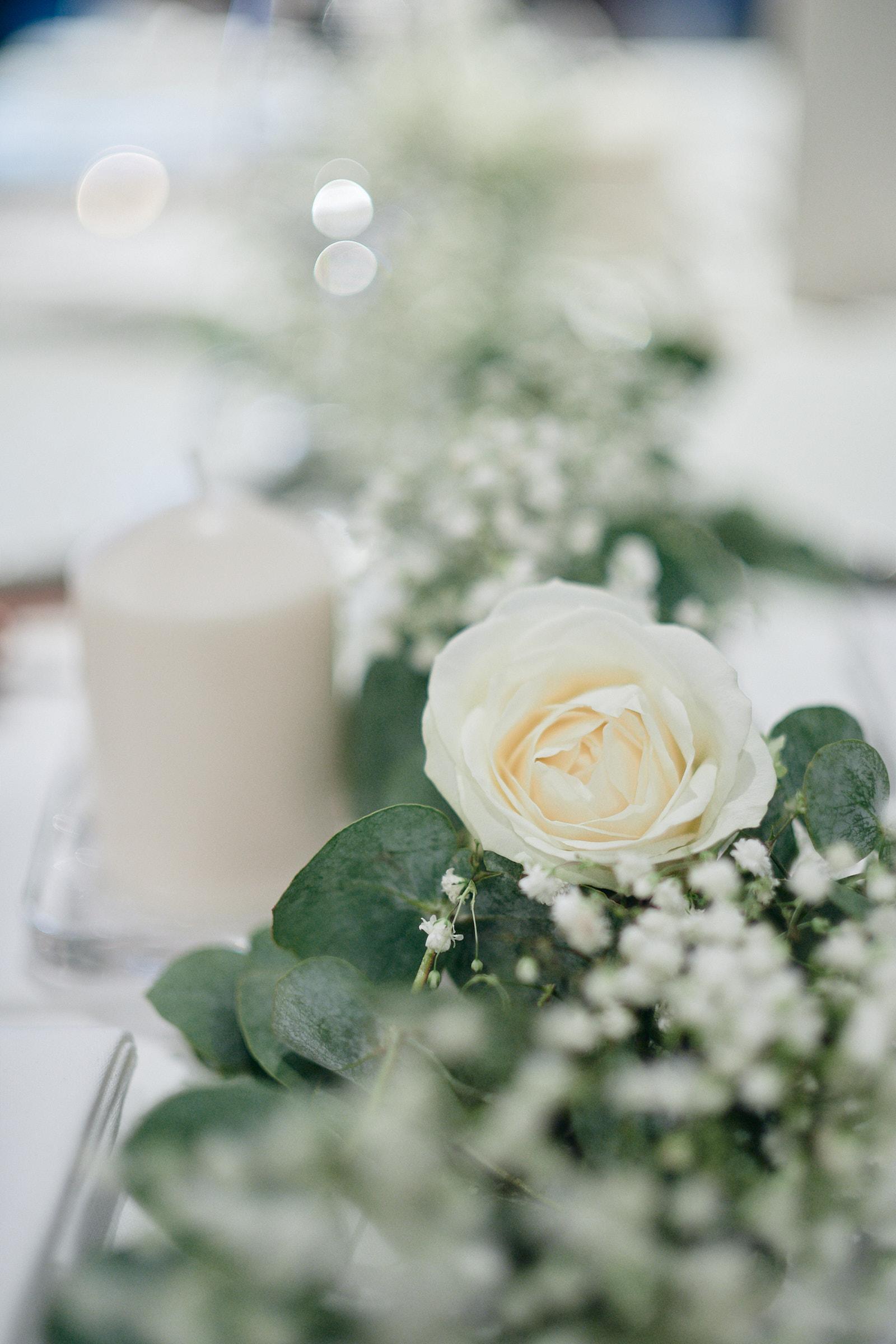 détail de la décoration florale à la table de balthazar