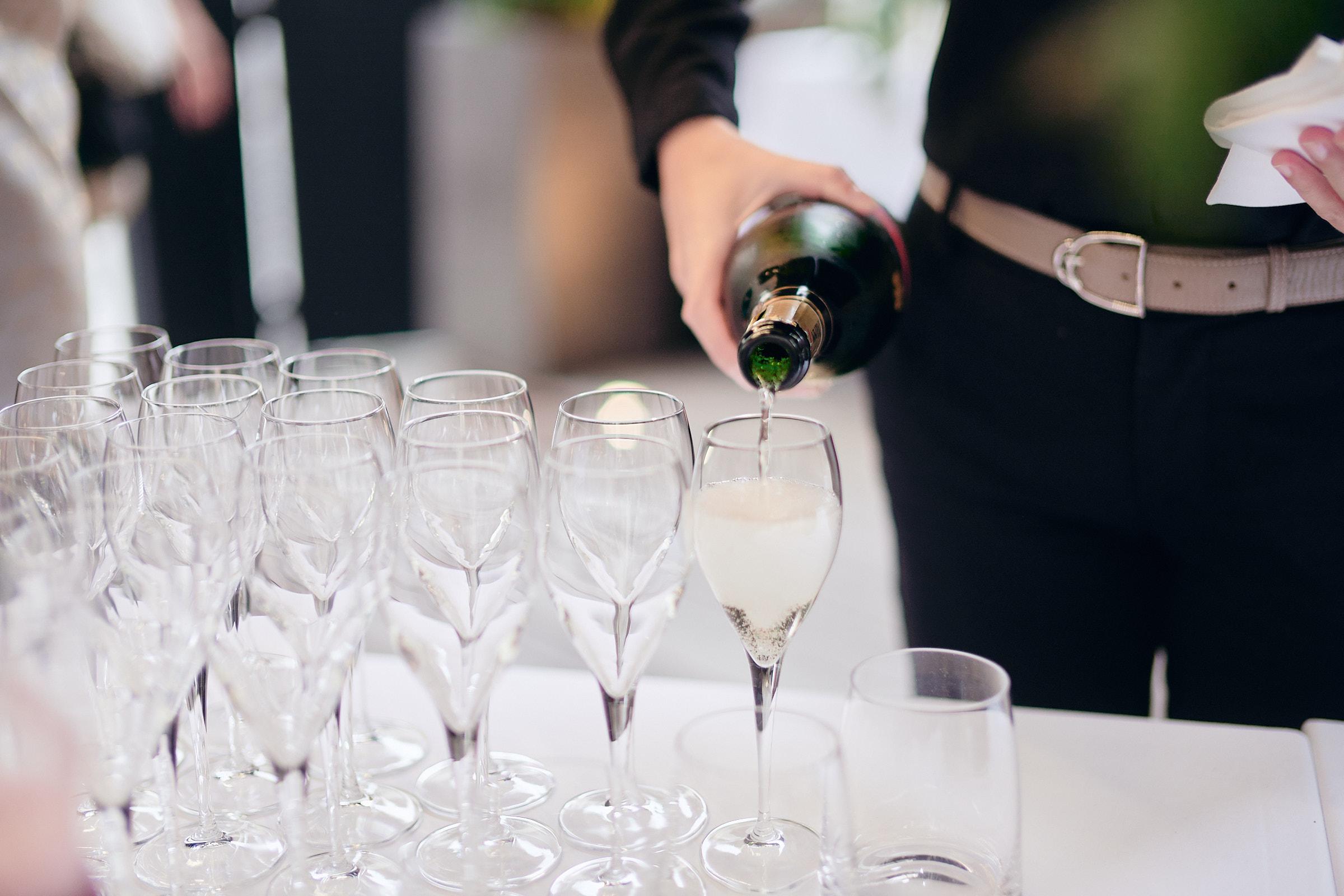 champagne servi à la table de balthazar à rennes