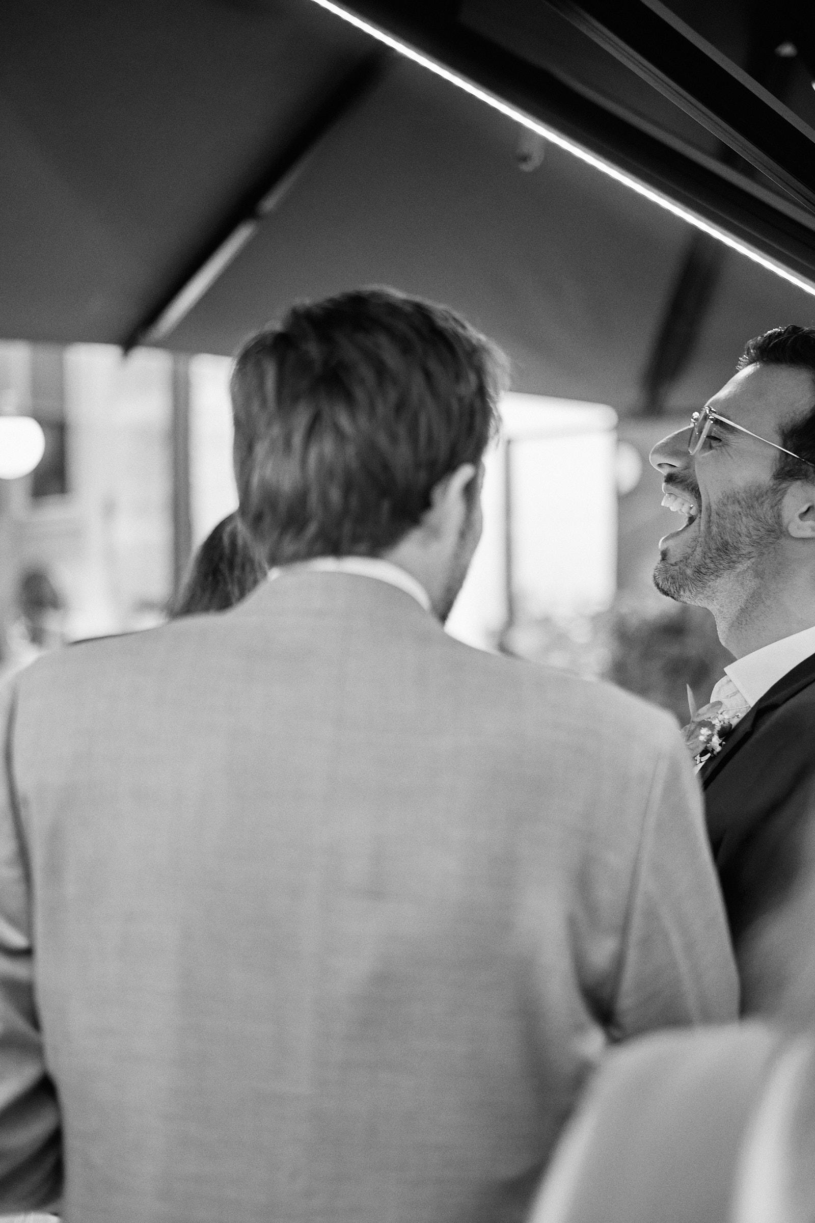 rire d'un des amis du marié