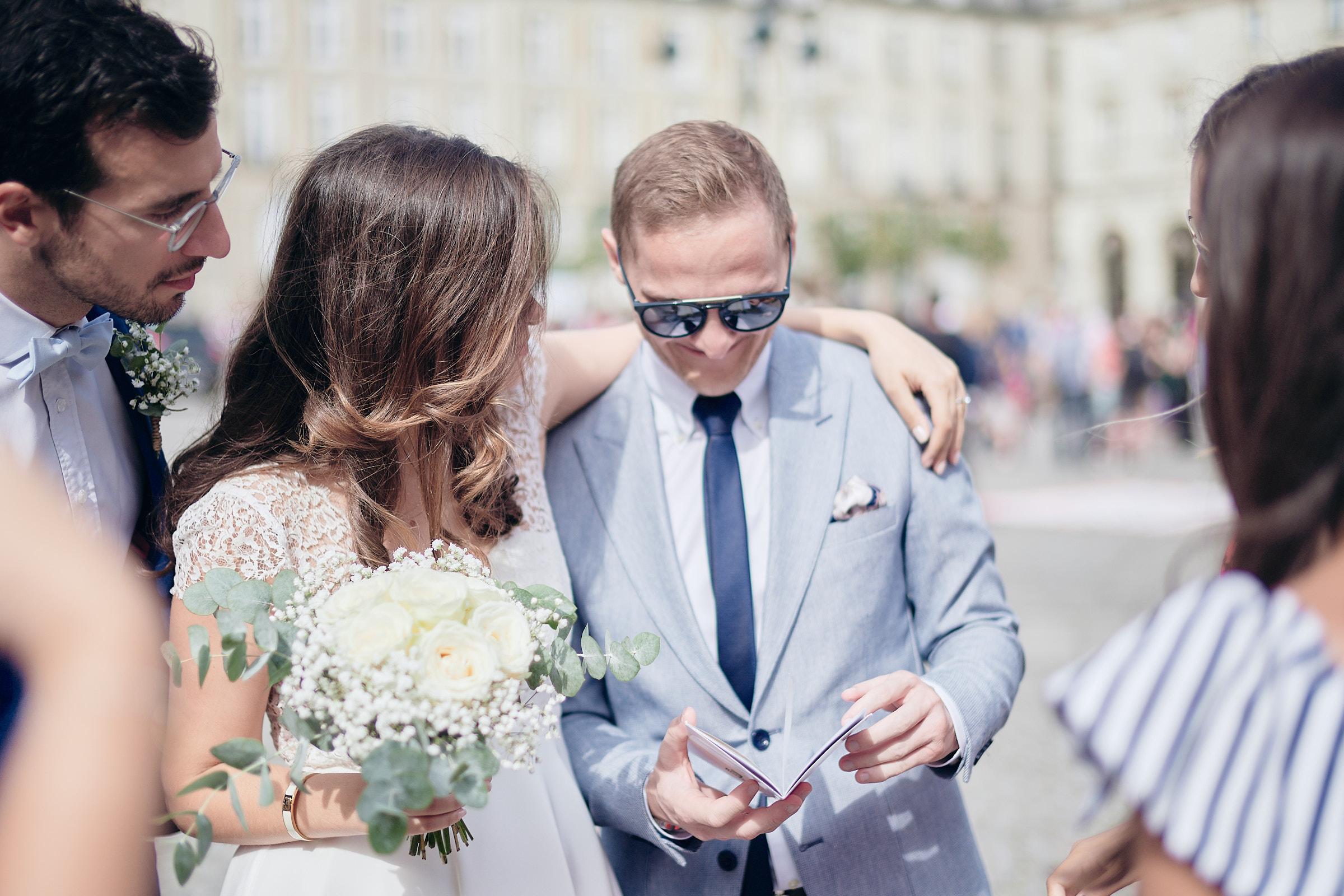 la mariée échange avec des amis à la sortie de la mairie