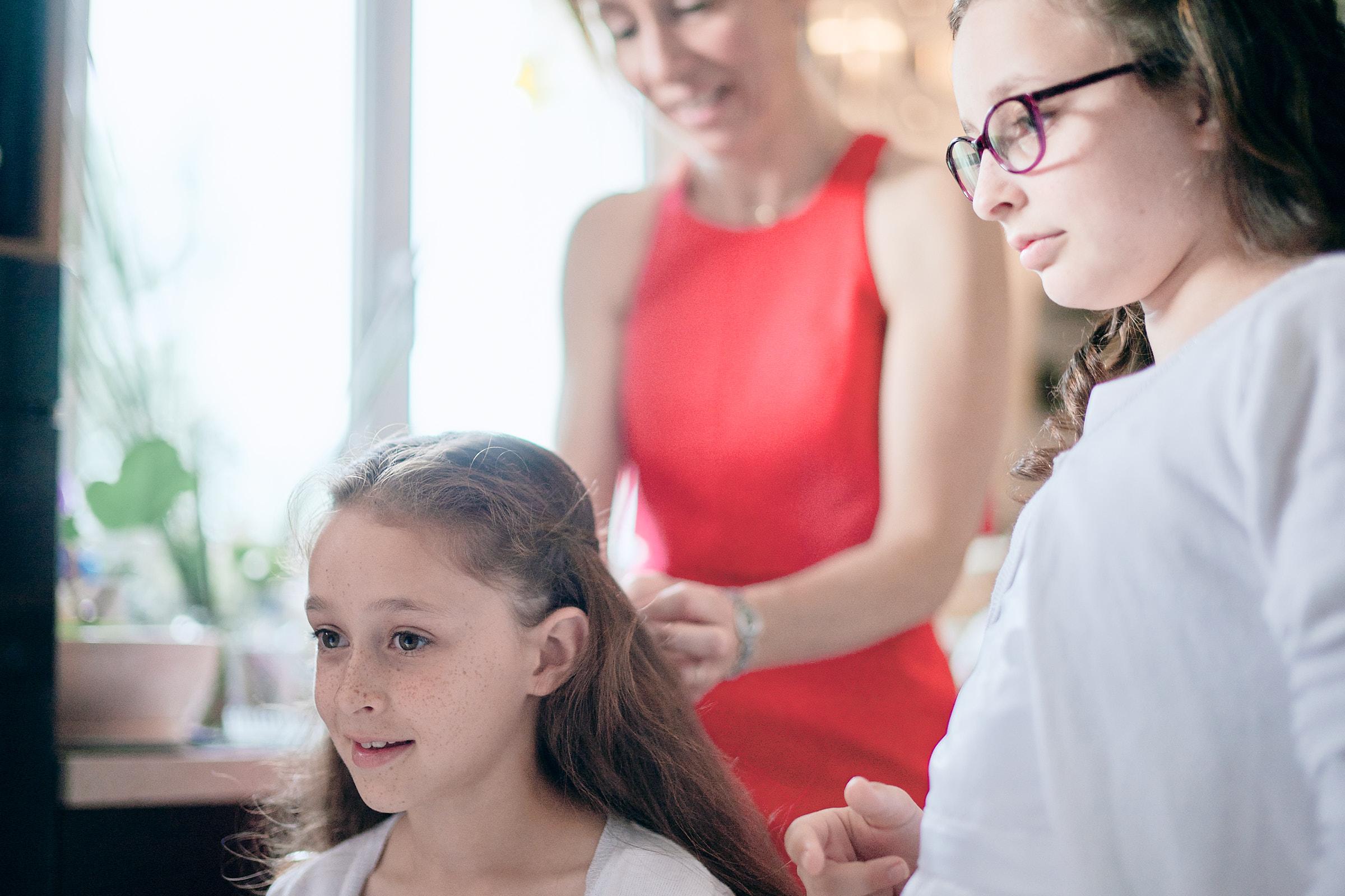 une des filles de la mariée se fait coiffer