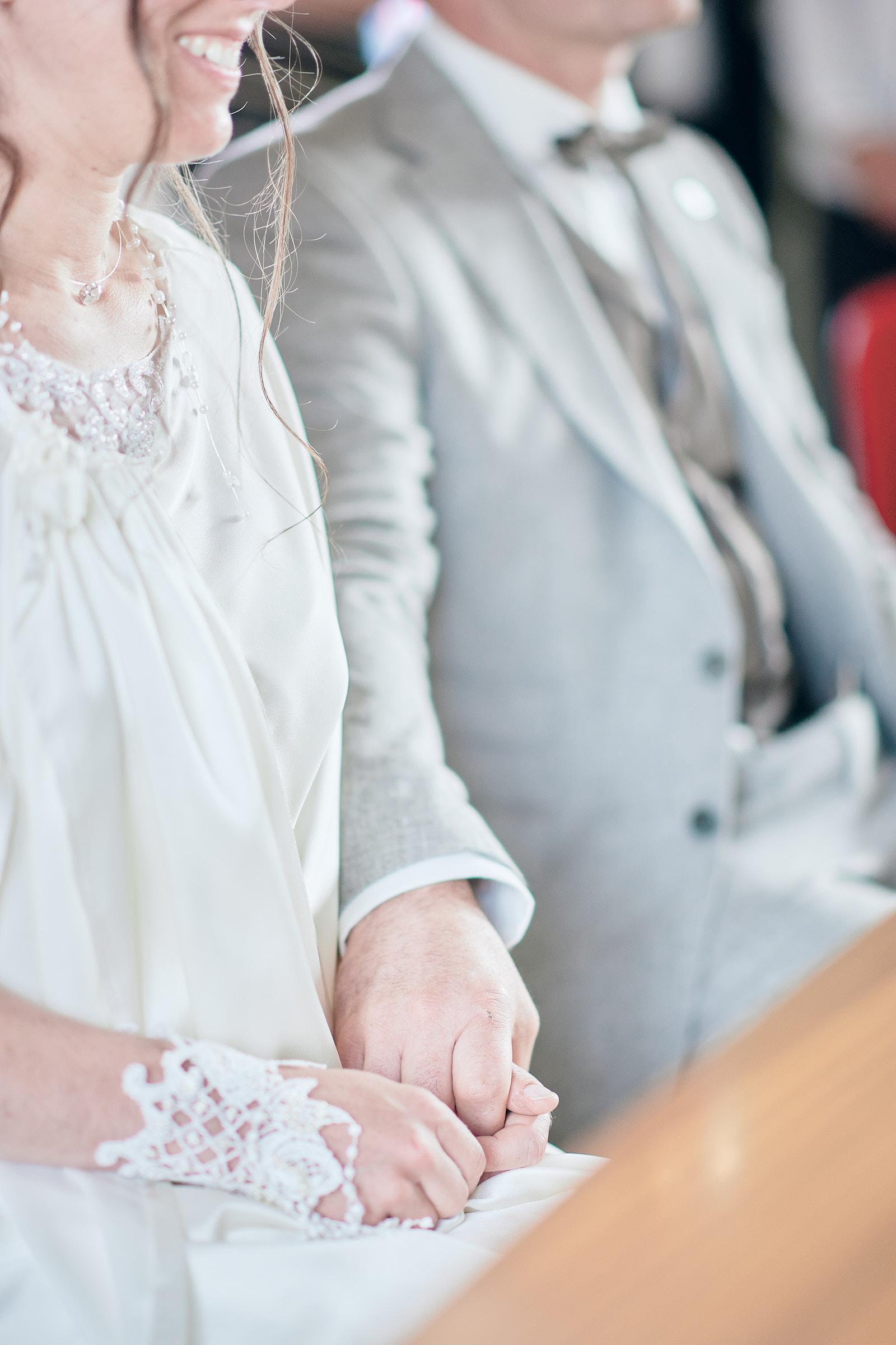 les mariés se tiennent par la main à la mairie le perrier