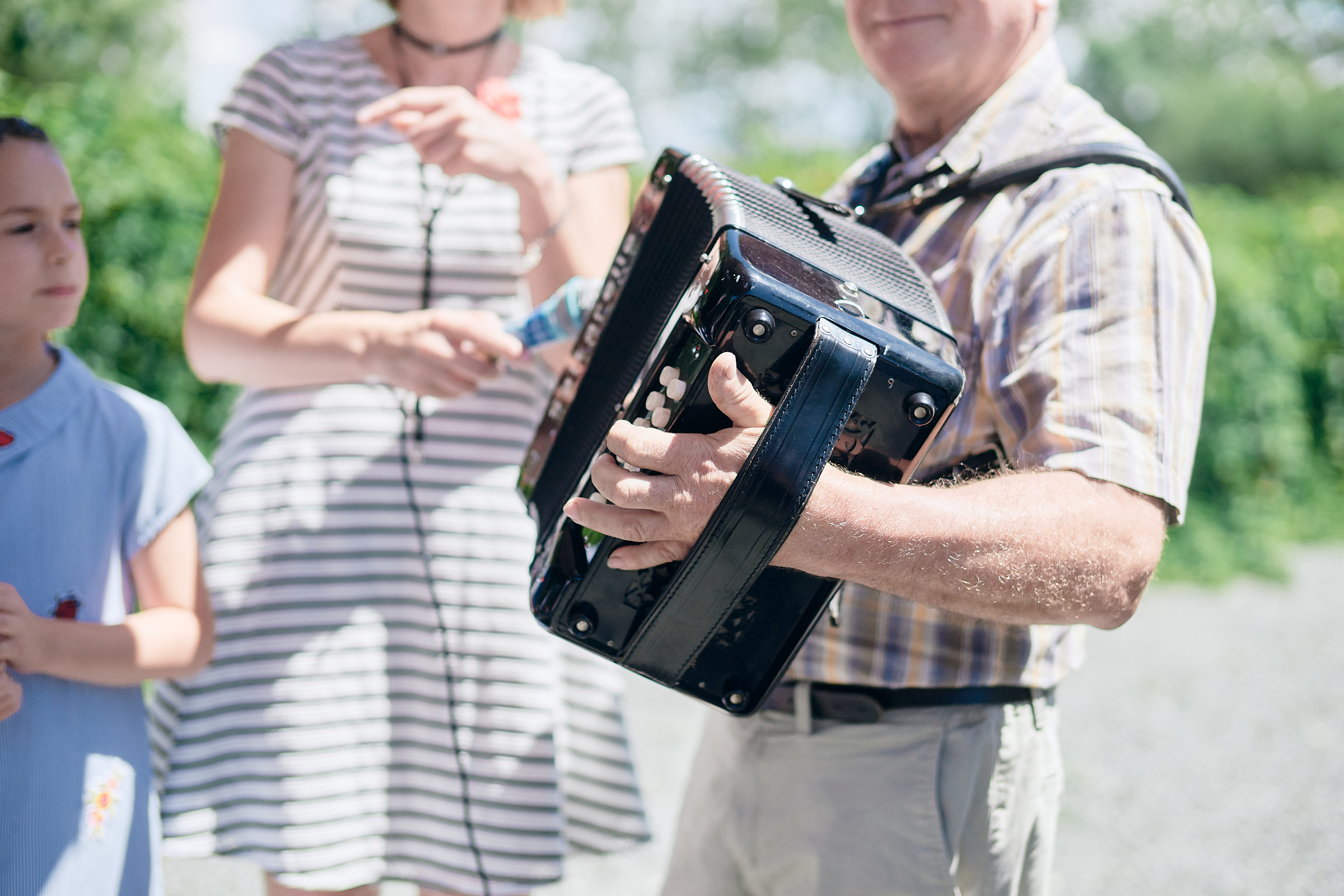 un ami joue de l'accordéon pour les mariés
