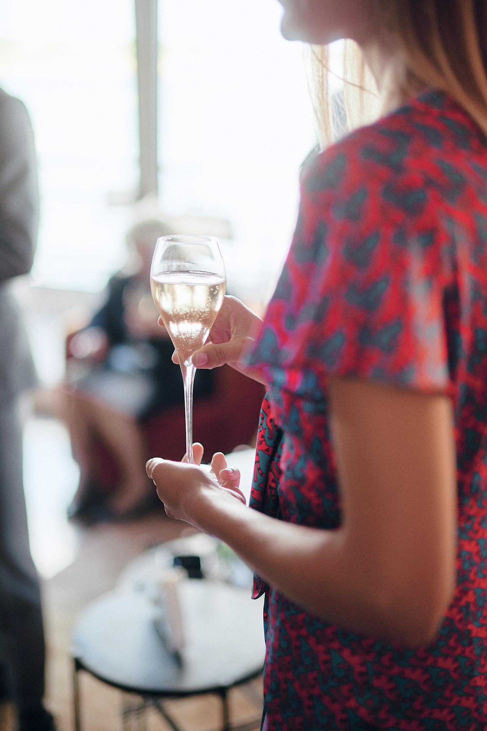 invitée tenant une coupe de champagne