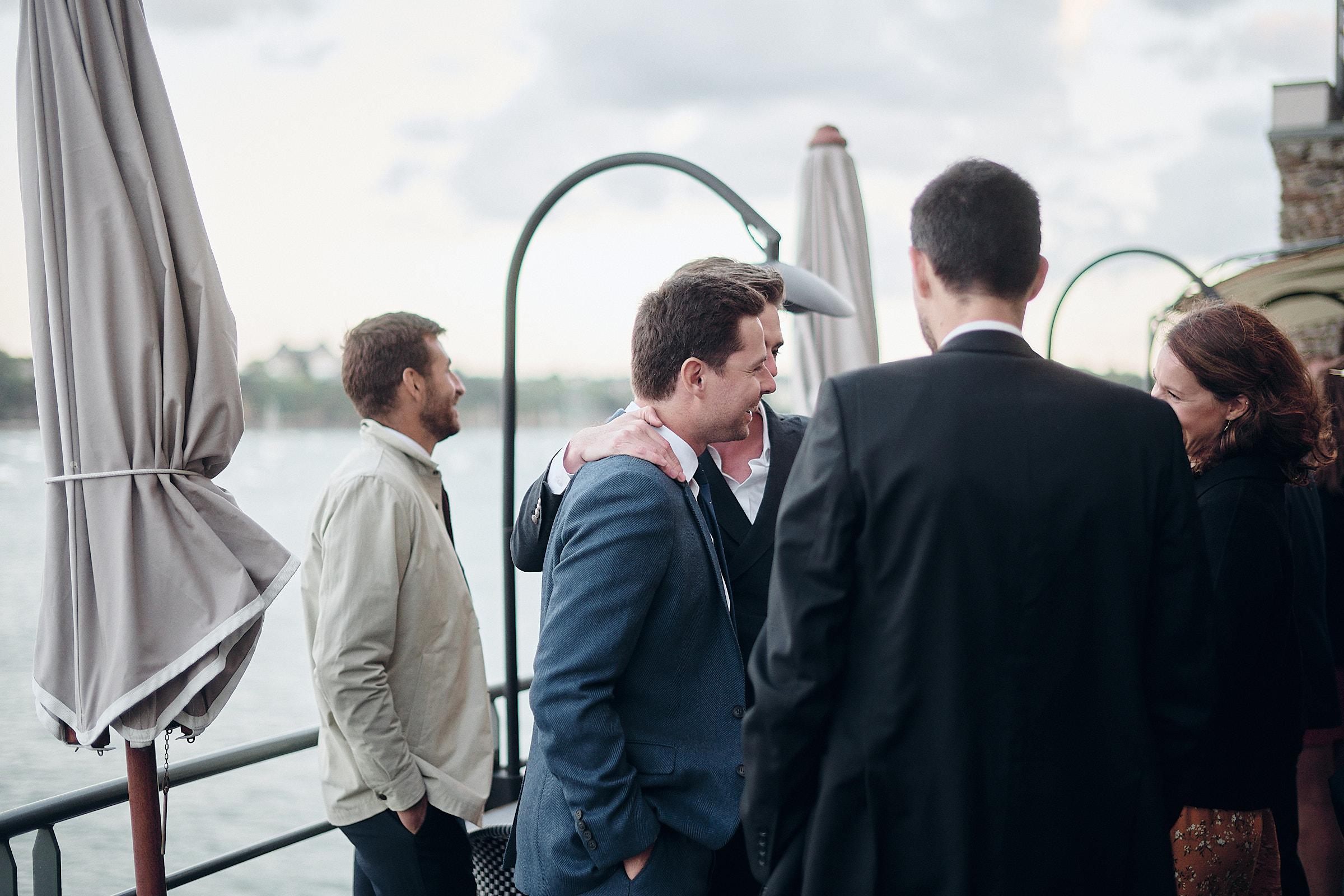 le marié et ses témoins sur la terrasse de l'hotel castelbrac