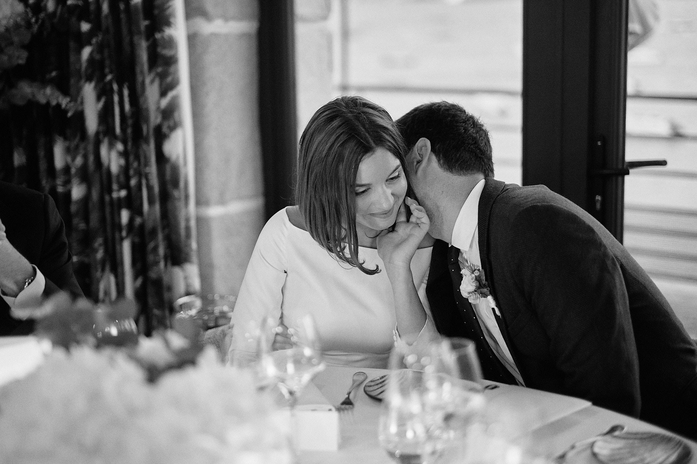 les mariés à table