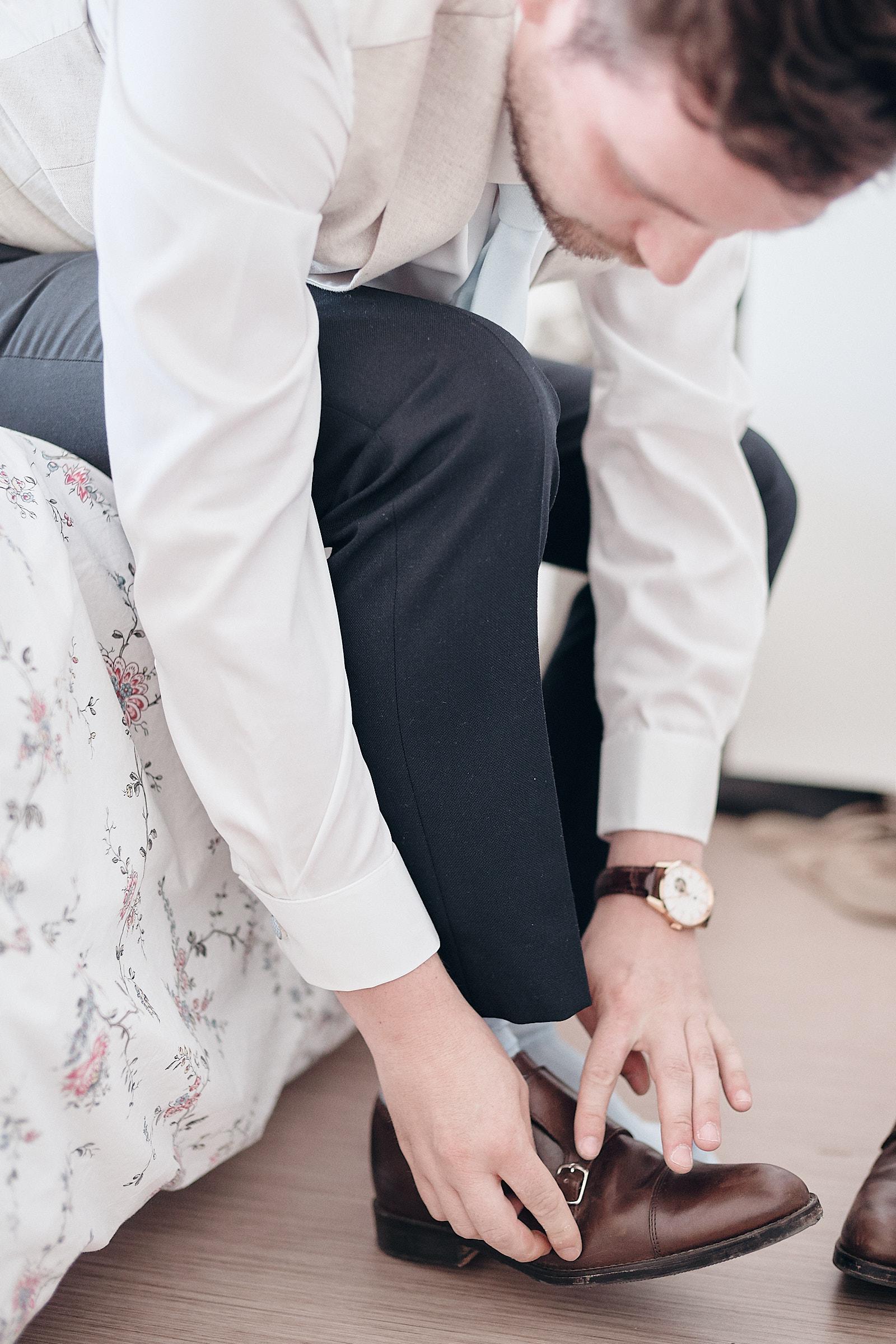 le marié ajuste ses chaussures