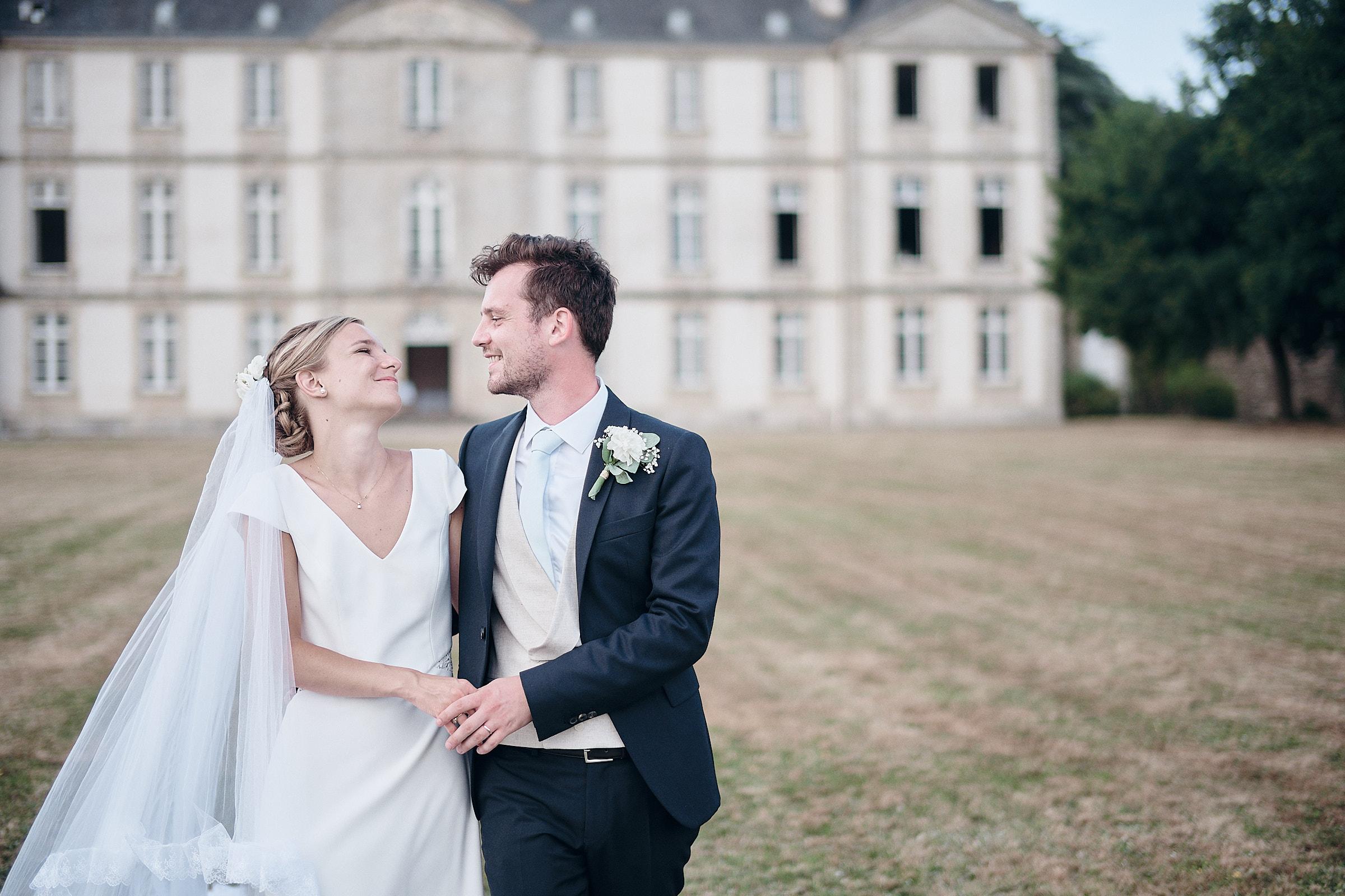 mariés pendant la séance couple devant le château de Loyat
