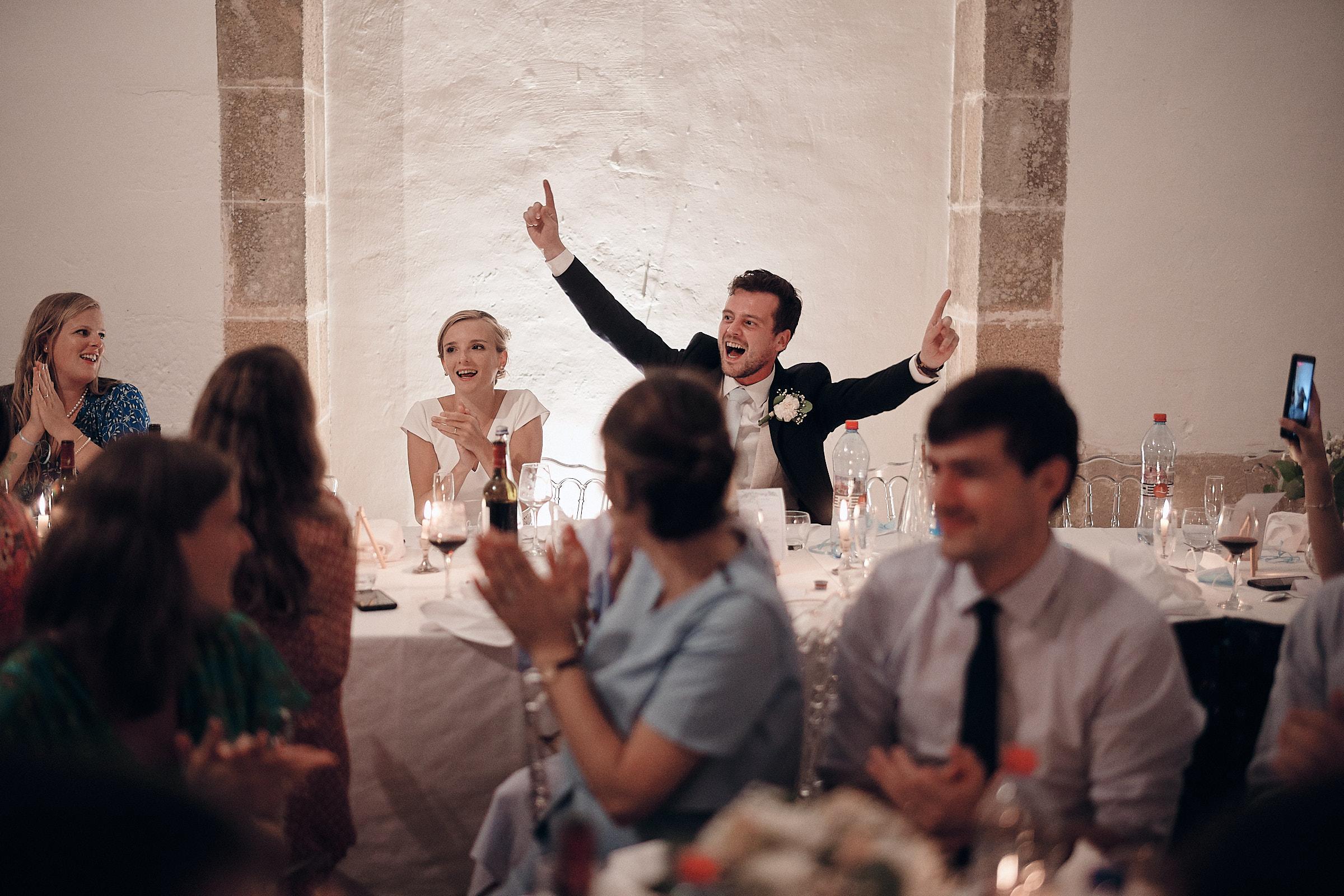 réaction du marié à la surprise des témoins