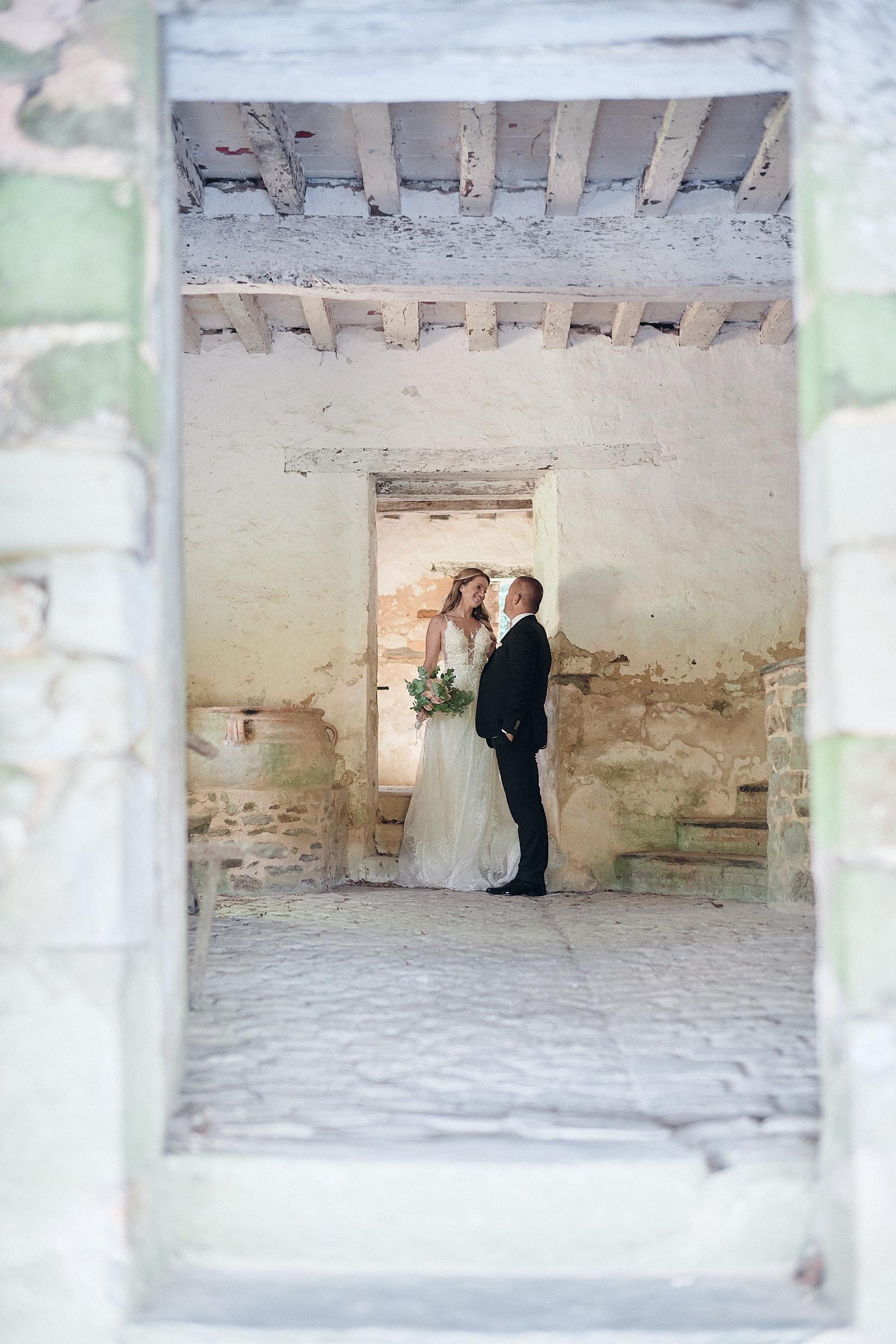 les mariés dans le lavoir du chateau de craon