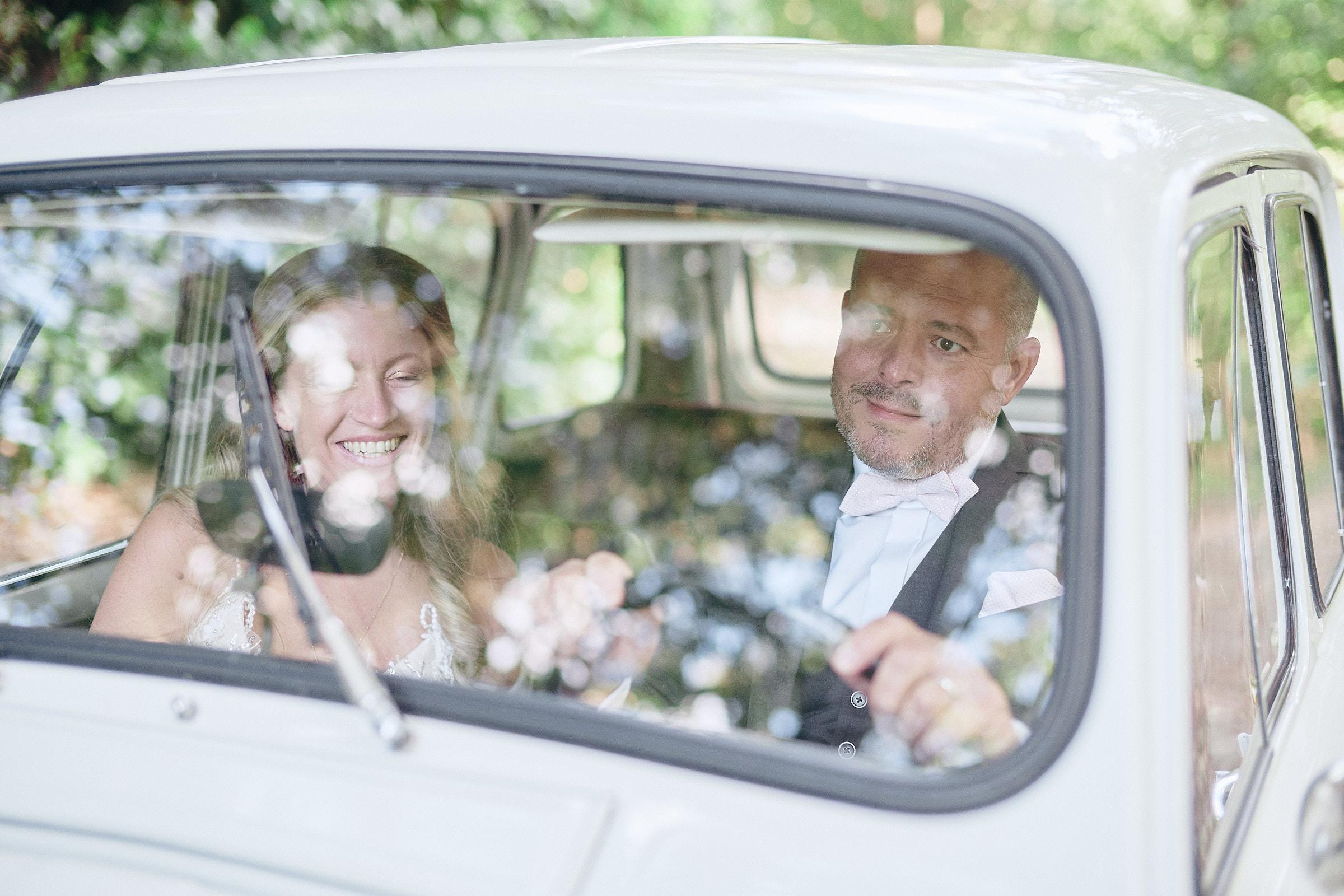 portrait des mariés au volant de la 4L