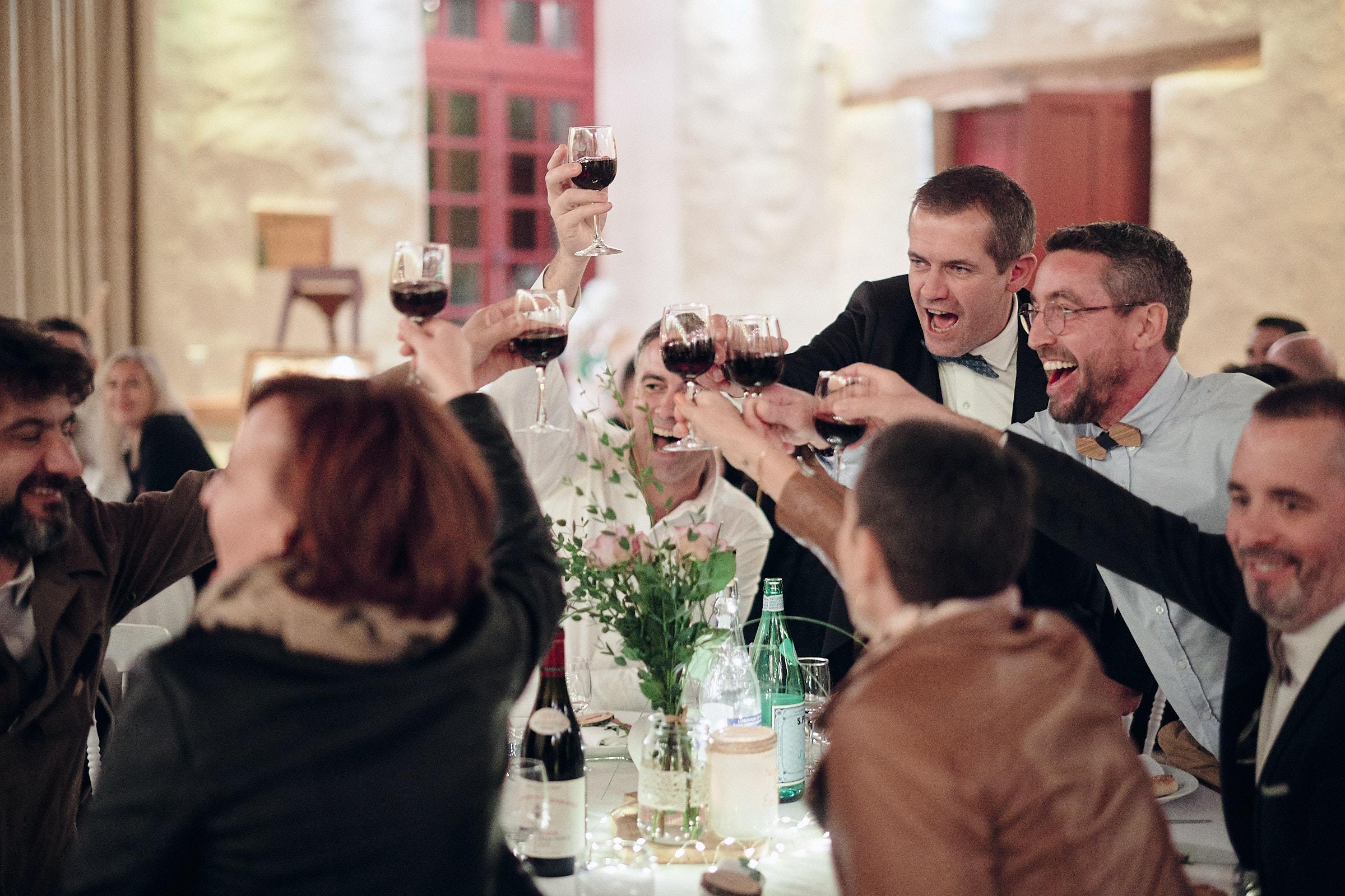 les invités trinquent à la santé des mariés