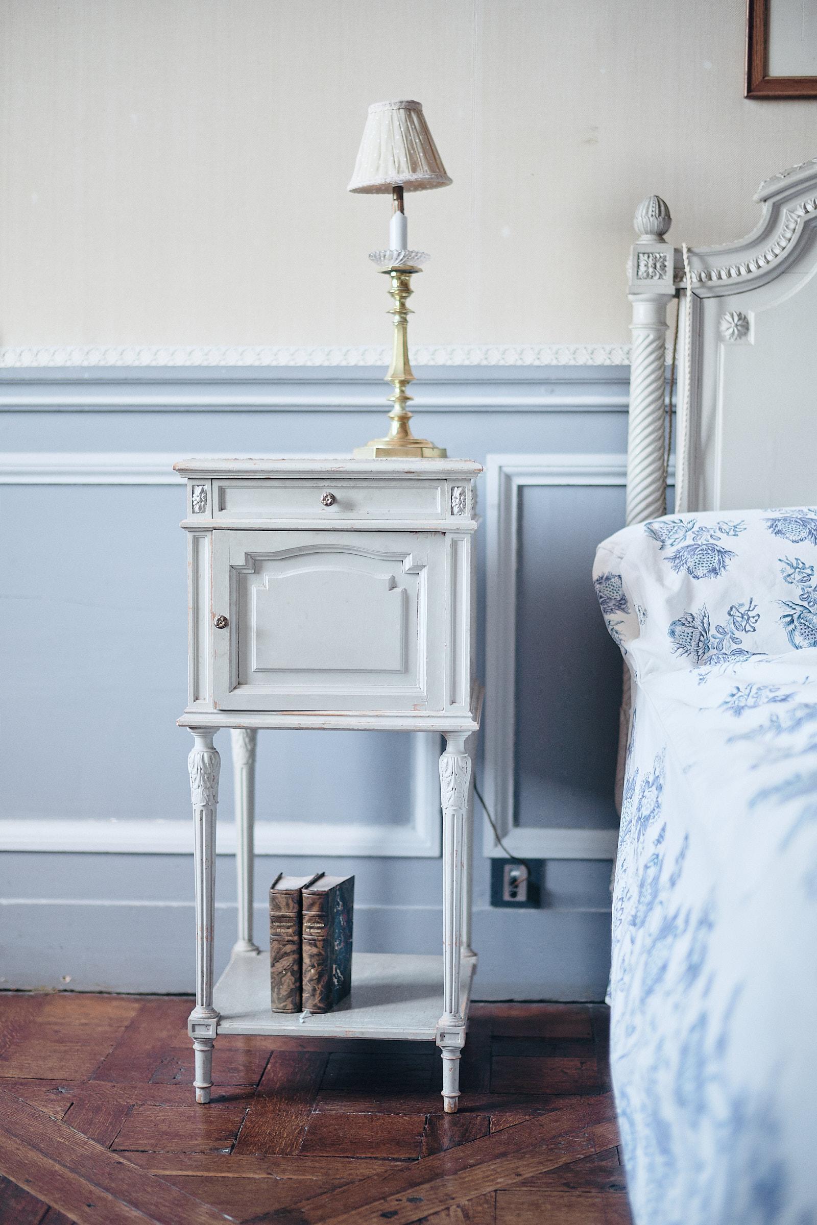 table de chevet de la chambre bleue du chateau de craon