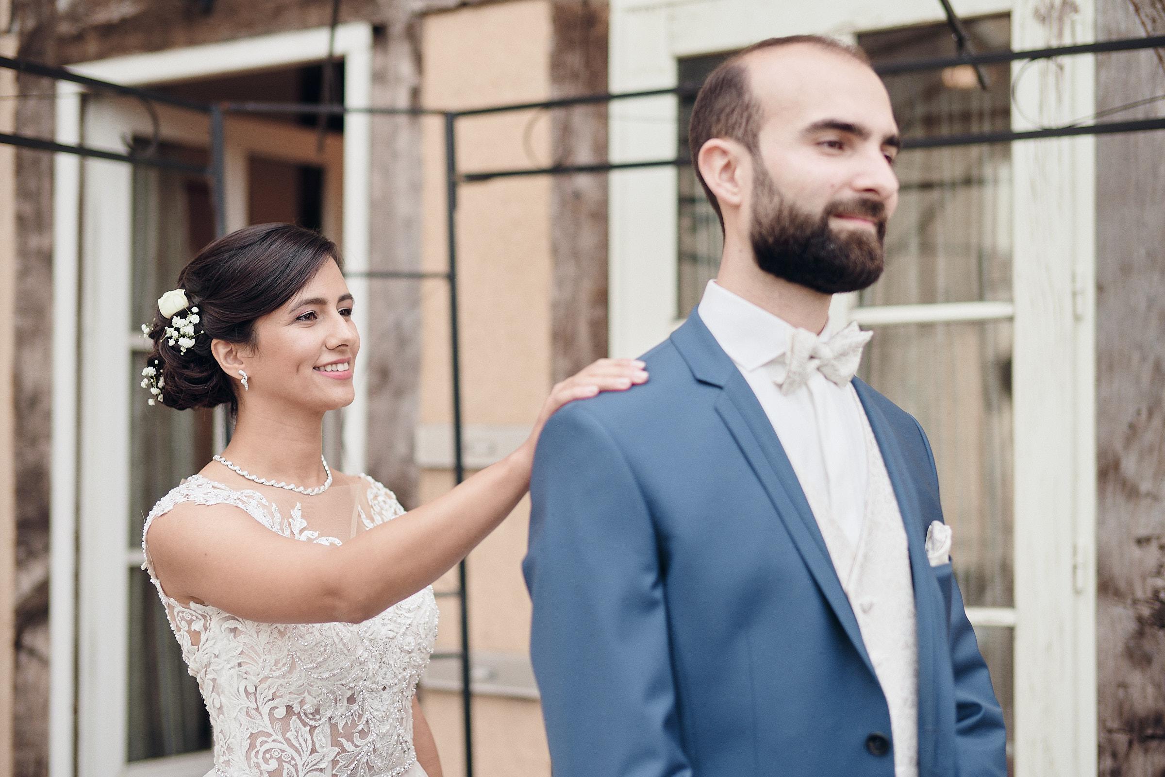la mariée s'approche du marié
