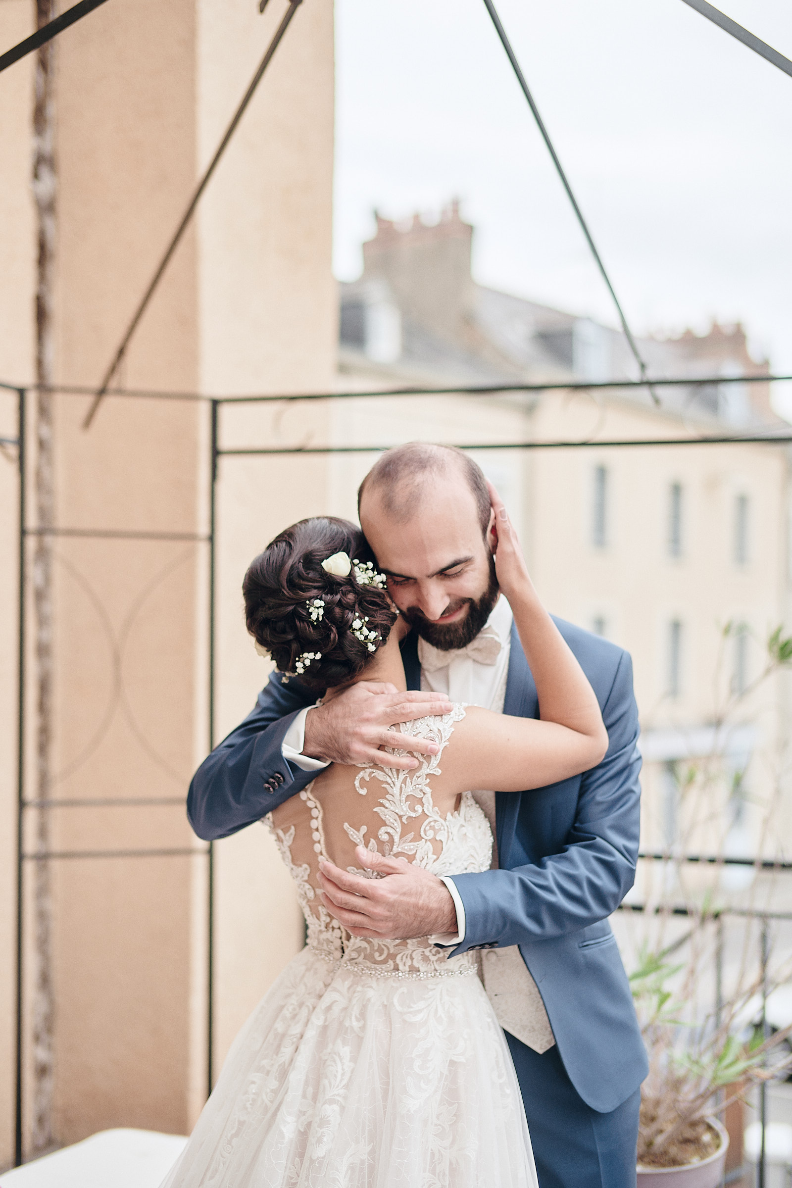 les mariés s'enlassent sur la terrasse de coup'coeur à laval
