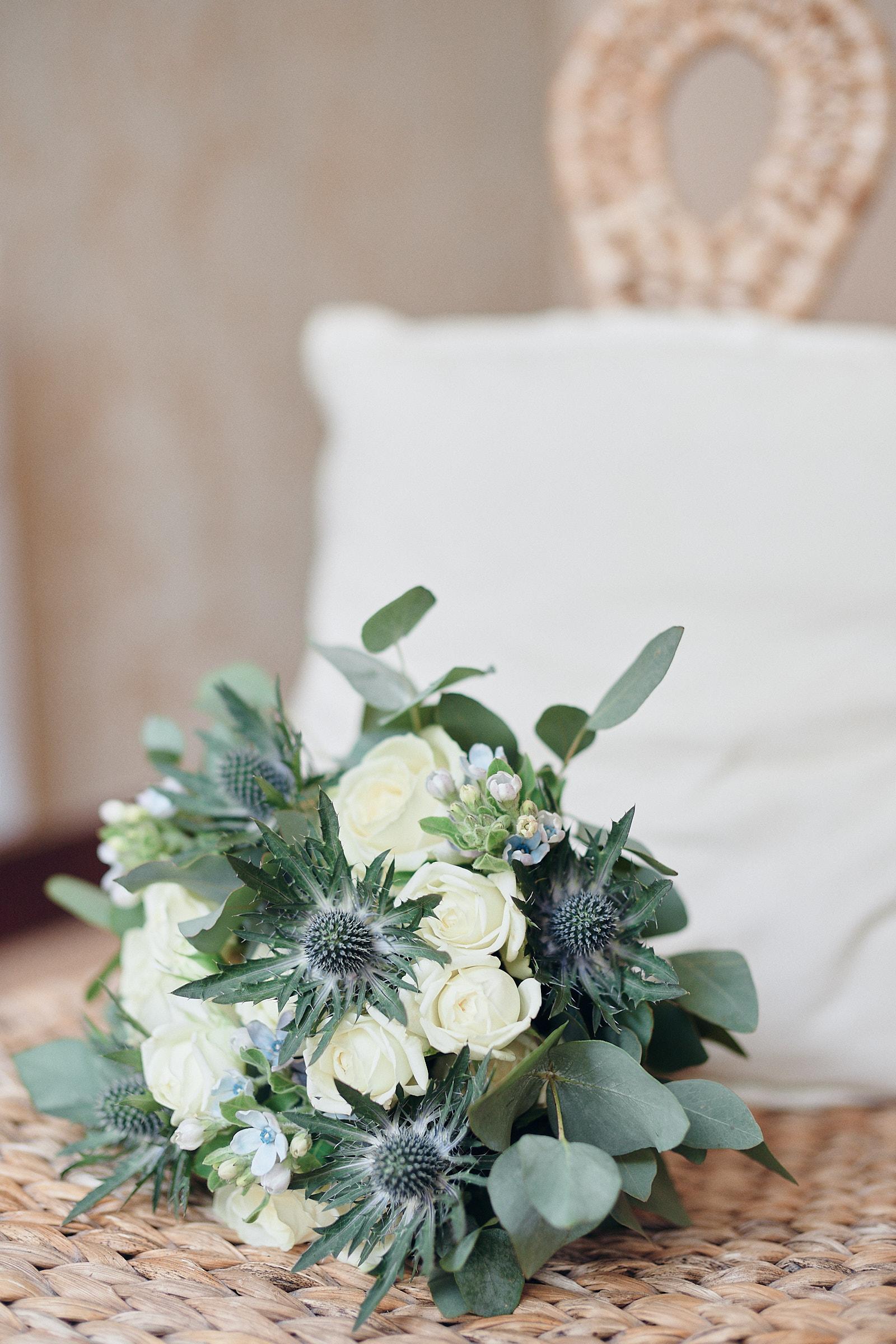 le bouquet de la mariée sur une chaise du salon de coiffure coup'coeur à laval