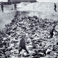 Foto Dr. Fritz Klein Berdiri di Atas Kuburan Massal Nazi