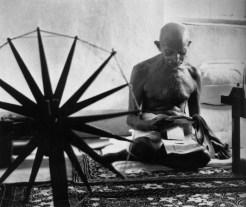 Foto Mahatma Gandhi dengan Mesin Pemintal