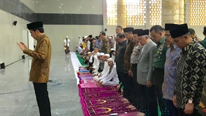 Di Ambon, Jokowi Jadi Imam Salat Asar, Menag dan Din Syamsuddin Makmum