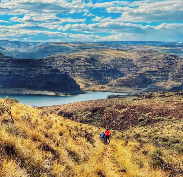 Biking at the Gorge in Quincy Washington where the trailhead starts at the Sagecliff Resort near the pool