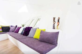 Besondere-Airbnb-unterkünfte-in-Europa-Cubehouse-Rotterdam-Sofa