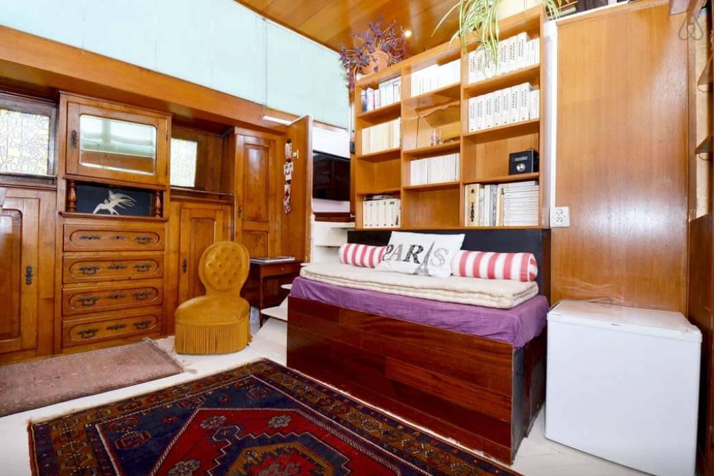 Besondere-Airbnb-unterkünfte-in-Europa-Hausboot-Paris-Wohnraum