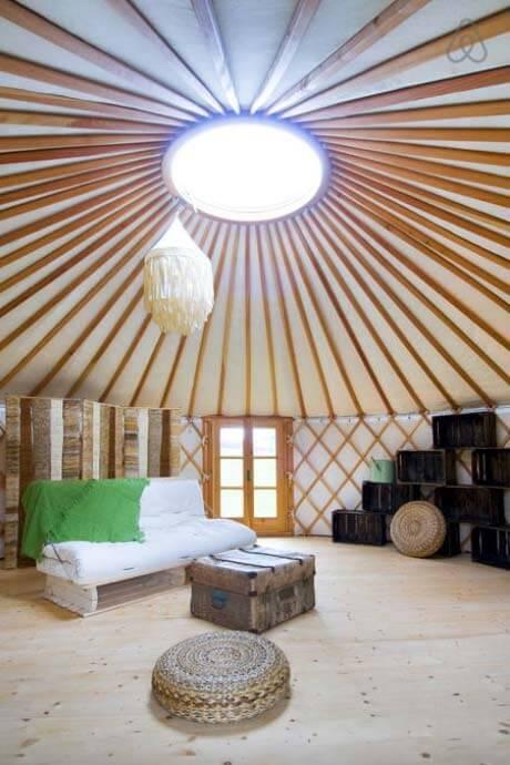 Besondere-Airbnb-unterkünfte-in-Europa-Jurte-Innenraum