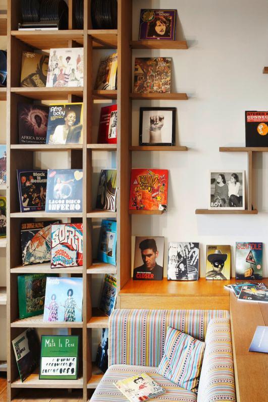25 hours hotel Hambur Hafencity Vinyl Room mit Schallplatten Foto: Stephan Lemke for 25hours Hotels