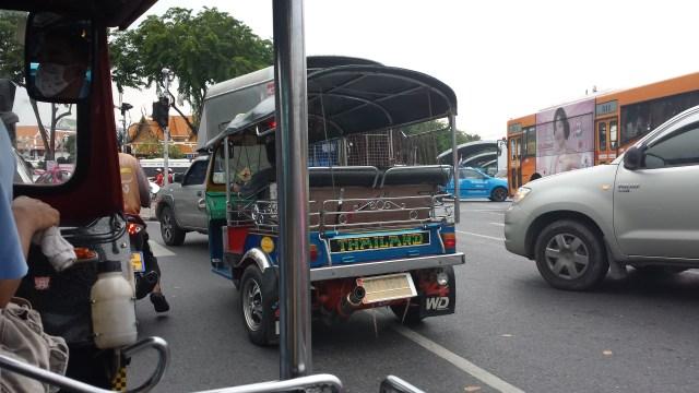 En lille tuktuk i trafikkaos.