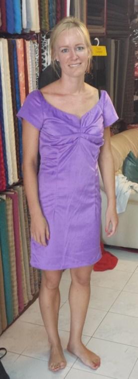 Skraedder Anette lilla kjole (beskaret)