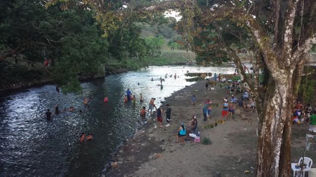 Folk bader i flod